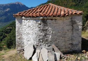 Εγκατάσταση συνθετικών κουφωμάτων PVC σε ορεινό ξωκλήσι